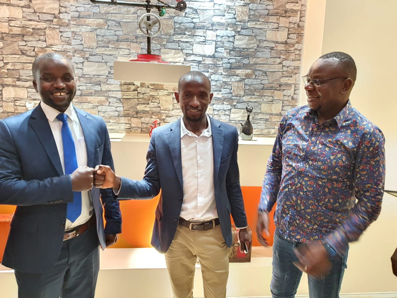 Centre is the Kisii  County Jubilee Secretary General Mr. Isaac Motari with ODM Communication Director Philip Etale (Right) on Sunday